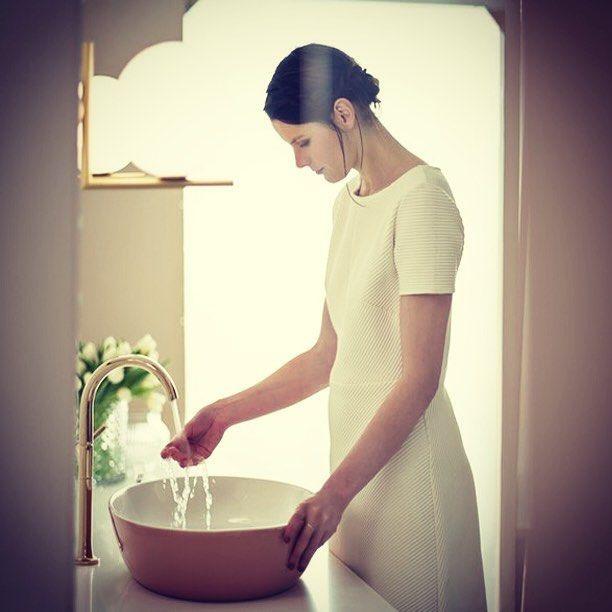 Датский дизайнер Геза Хансен разработала для сантехнической компании Villeroy&Boch новую цветовую концепцию, которая сочетает мягкие пастельные тона и создает индивидуальные цветовые акценты.  #раковина, #раковины, #мойка, #тумба, #сантехника, #ванна, #ванная, #design, #дизайн, #ваннаякомната, #интерьер, #дизайнванной, #ремонт, #мебельдляванной, #интерьер, #смесители, #квартира, #дом, #уют, #идея, #распродажа, #скидки, #акция, #сантехникатут, #сантехникаонлайн, #монтаж, #мебель, #вивон…