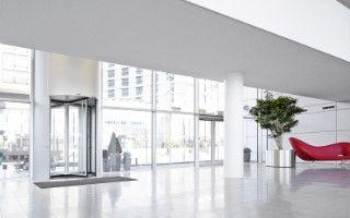 Automatische tourniquet (carrouseldraaideur) met vier deurvleugels is beschikbaar in diverse ontwerpen en met verschillende functies. De record K 41 automatische tourniquet of carrousel draaideur met 4 deurvleugels is beschikbaar met een optionele vitrine (voor diameters vanaf 3100 mm), nachtsluiter en hulp- en vluchtroutefuncties. U kunt kiezen uit de bewezen in de plafond gemonteerde aandrijving en de onzichtbare ondervloerse (in de vloer weggewerkte) aandrijving, afgewerkt in RAL of…