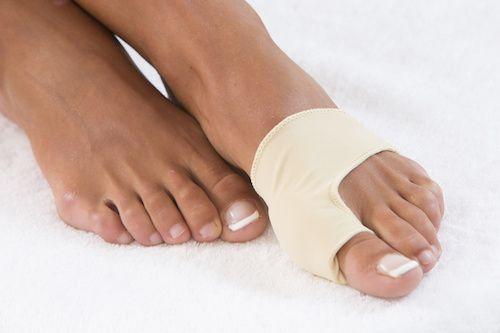 L'Hallux valgus est une maladie du pied, survenant plus précisément sur le gros orteil, et qui provoque une déformation de celui-ci. Voici la présentation des symptômes de cette maladie, les causes qui la produisent ainsi que les moyens de la traiter correctement.