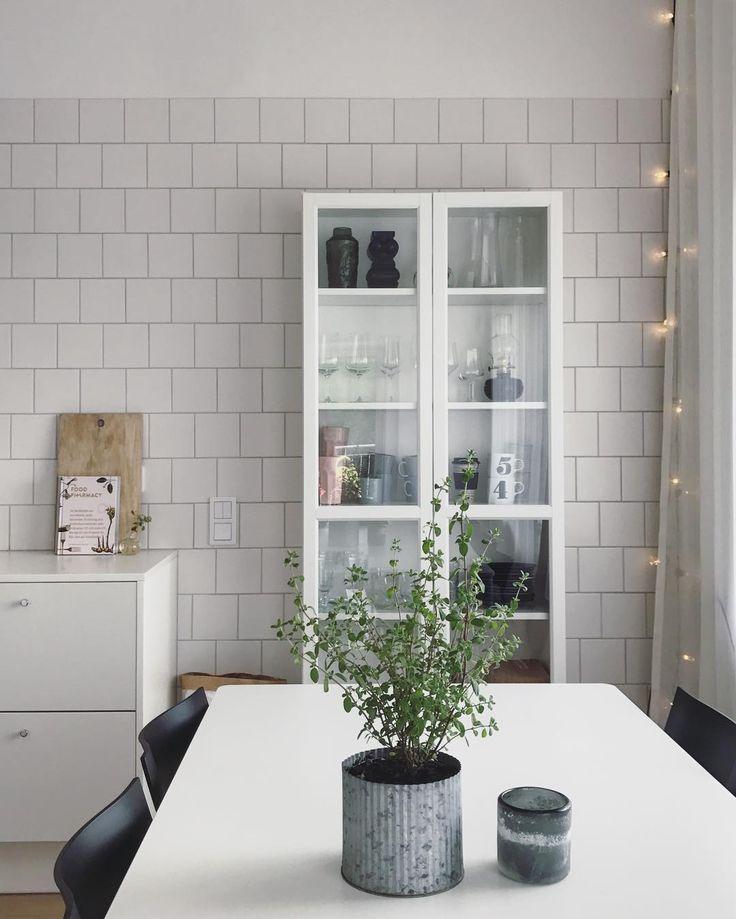 Äntligen ett vitrinskåp i vårt hem. Efter mycket om och men och googlande så blev det tydligen en hederlig Billy vitrinskåp!  #ikea #billybokhylla #kök #vitrinskåp #förvaring #vittkök #muuto #kakelvägg #inredning #interior #kitchen #kitcheninspo