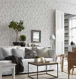 Vardagsrum med mjuk och fin känsla. Tapeterna kommer från Boråstapeters kollektion Silent Nature, art nr 9067