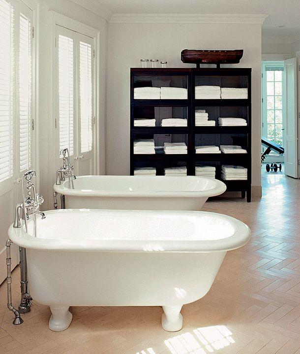 Ванная комната собственного дома дизайнера Дэррила Картера – прекрасное решение для пары индивидуалистов, которые хотят быть вместе даже в ванной, но стремятся при этом сохранять дистанцию. Акцент сделан на двух белых антикварных ваннах со смесителями в стиле ретро. Из мебели есть только один шкаф, но зато большой – хранящихся в нем полотенец и банных принадлежностей хватило бы на футбольную команду.