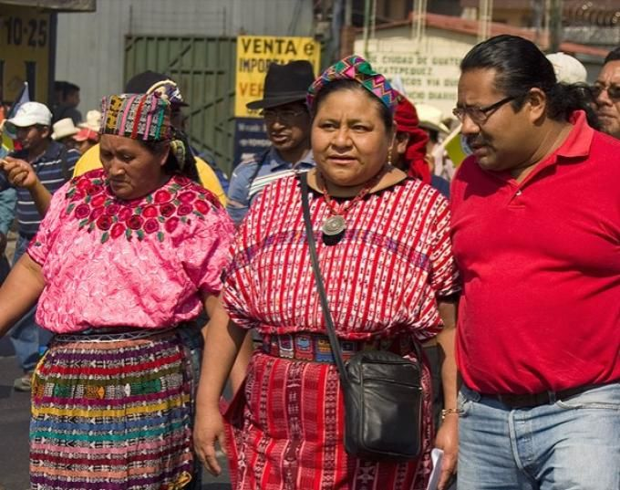 Rigoberta Menchu (Guatemala, 9 de enero de 1959- ), premio Nobel de la Paz en 1992. La activista guatemalteca es ya un icono internacional en la lucha por los derechos humanos de los indígenas. Menchú vive actualmente exiliada ya que está amenazada de muerte en Guatemala.