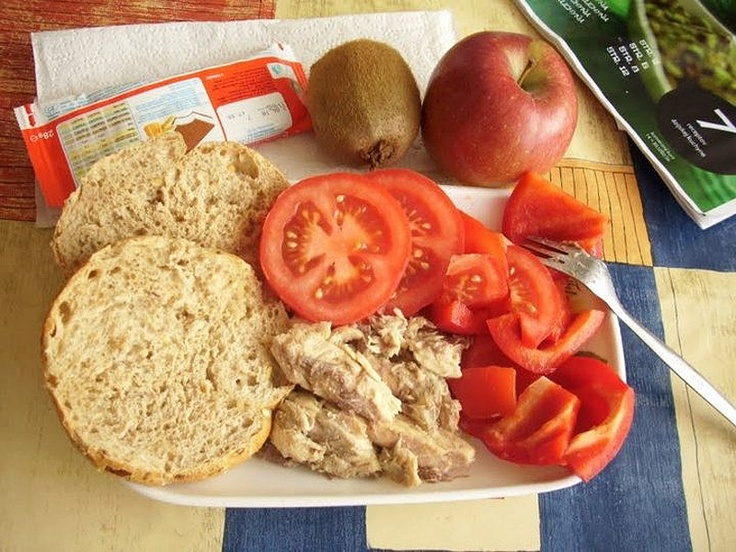 """Хм... Смакота як-не-як.  """"Школьный обед. Страна: Словакия  Состав: копченая скумбрия, хлеб, красный перец, салат из помидоров, киви, яблоки, молоко и торт""""."""