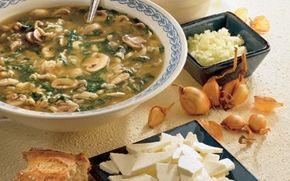 Suppe med spinat og kylling En dejlig let suppe med ris, spinat og kylling. På toppen er der bl.a. cremet salatost, som giver suppen fylde. Inspirationen kommer fra det kinesiske køkken.