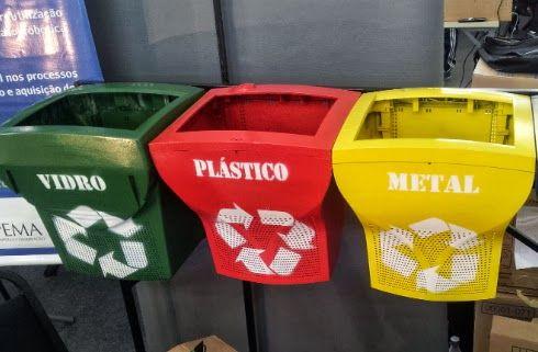 Monitores transformados em lixo de coleta seletiva