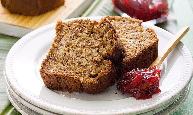 Versatilidade é a palavra-chave deste pão de banana que também é bolo e que tanto pode ser servido ao pequeno-almoço ou como ao lanche.