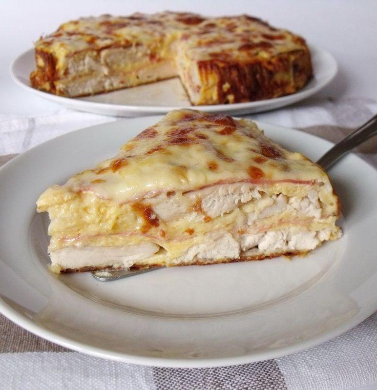 Hozzávalók 24 cm-es tortaformához  2 egész csirkemellfilé 30 dkg reszelt sajt 10 dkg szeletelt gépsonka 4 tojás 2 evőkanál tejföl 2 evőkanál liszt só  A…