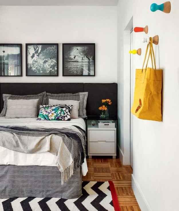 Super suave, a cabeceira da cama preta junto a um jogo de lençóis escuros é gótico na medida certa.