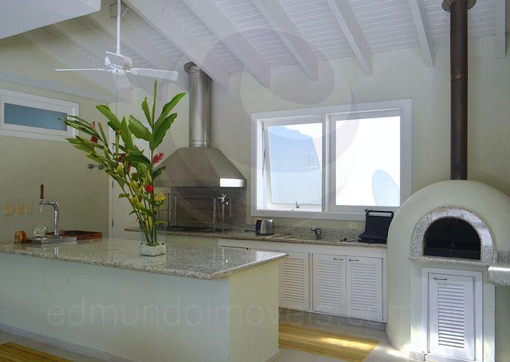 Ventiladores de teto mantém uma agradável brisa para cerca de 16 pessoas que podem desfrutar ali de saborosas refeições servidas ao ar livre.