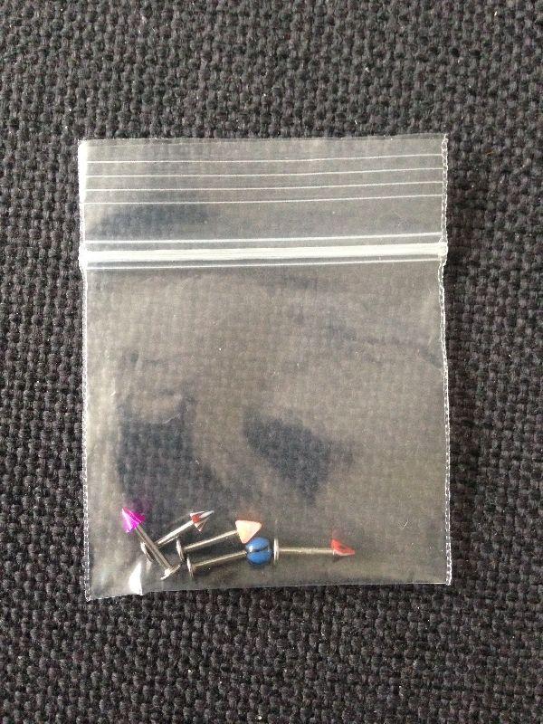 Assortiment gekleurde piercings vlakke achterkant