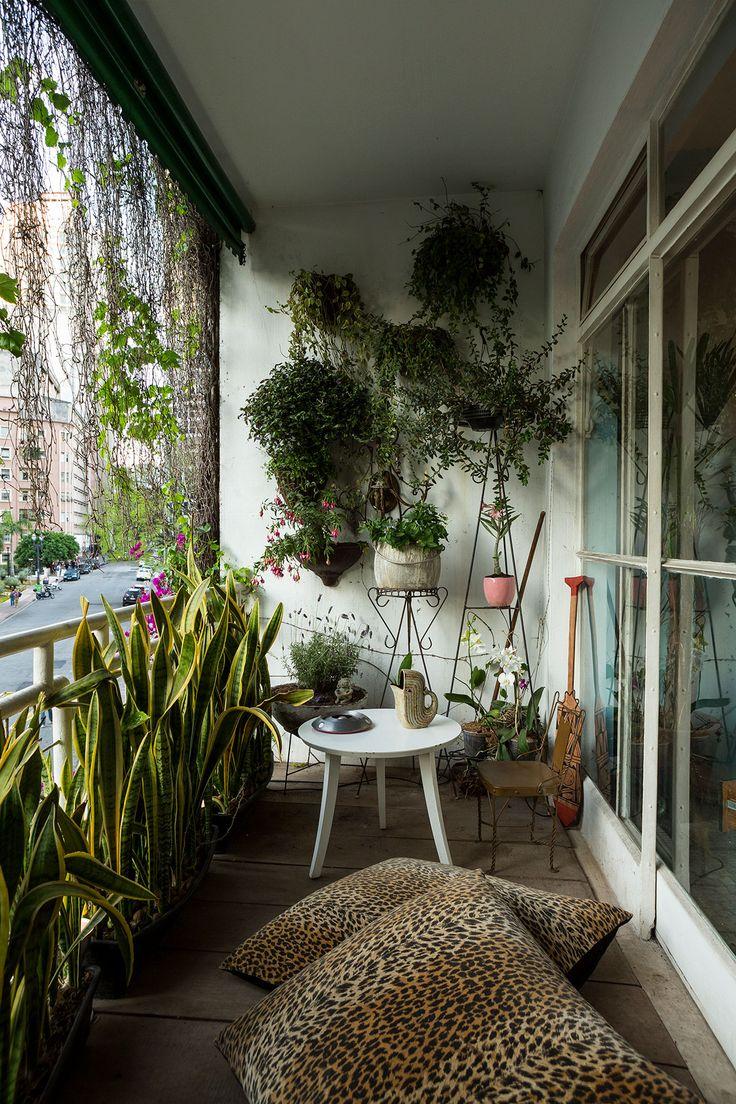 Decoração de apartamento vintage. Na varanda almofadas, mesa de apoio e plantas. #decoracao #decor #casadevalentina #apartamento #vintage