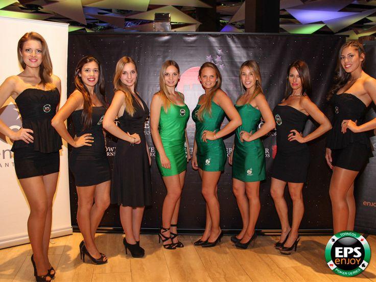 Ellas son las guapas anfitrionas que reciben a los jugadores del torneo de poker Enjoy Tower Fest que se realiza en Enjoy Santiago.