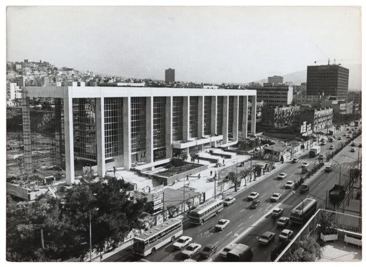 Λ. Αλεξάνδρας 1981. Σε πρώτο πλάνο ο Άρειος Πάγος σε τελικό στάδιο κατασκευής (εκεί κάποτε ήταν οι φυλακές Αβέρωφ- το 2ο κτίριο δεν υπάρχει ακόμα). Στο βάθος διακρίνεται καθαρά το κτίριο ης ΓΑΔΑ επίσης σε φάση κατασκευής (ο σκελετός ολοκληρωμένος). Ενδιάμεσα τα προσφυγικά.