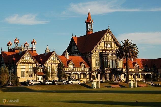 Музей истории и искусства маори – #Новая_Зеландия #Бей_оф_Пленти #Роторуа (#NZ_BOP) Роторуа в Новой Зеландии известна, прежде всего, своими природными достопримечательностями. Однако есть на что посмотреть и в самом городе. Одно из таких мест - Музей истории и искусства маори, народа, населявшего эти живописные острова задолго до европейцев.  ↳ http://ru.esosedi.org/NZ/BOP/1000122967/muzey_istorii_i_iskusstva_maori/