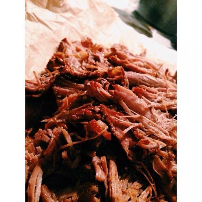 Förenklat recept på rätten pulled pork. Rätten kräver en gjutjärnsgryta eller en lergryta. Koka ditt kött med barbecuesås och lök tills det är riktigt mört. Servera tillsammans med tortillabröd, guacamole, creme fraiche och grillad majs. Tips: För rökighet använd Sweet baby Rays Hickory BBQ-sås.