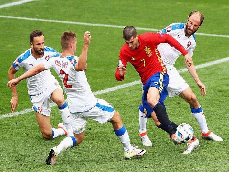 Por el Grupo D, España y Croacia comparten el liderazgo por la Eurocopa Francia 2016 y la cierran, República Checa con Turquía