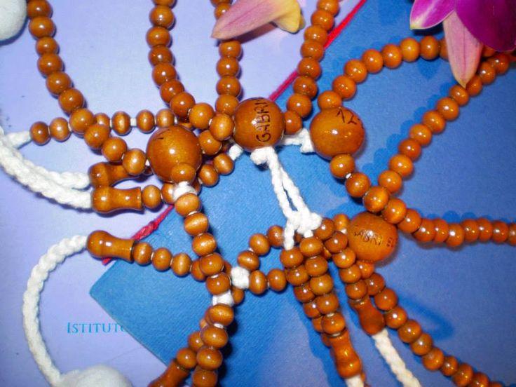 """""""rosario buddista""""  Incisione di lettere su un rosario buddista"""
