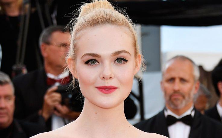 Capelli raccolti e trucco dai richiami bon ton per Elle Fanning, l'enfant prodige di Hollywood