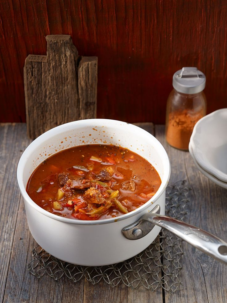 Gulaschsuppe mit Rindfleisch, Paprika, Möhren und Kartoffeln