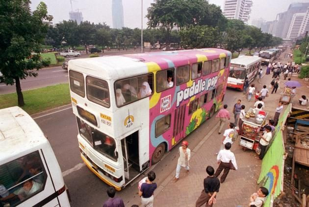 1996-Bis tingkat masih dapat ditemui di jalan utama kota Jakarta. Pengelolanya adalah Pengangkutan Penumpang Djakarta alias PPD. PPD dibentuk dari Maskapai Lintas Kota Batavia yang dinasionalisasi tahun 1954.