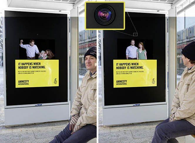 """Sabemos que una de las cosas que nos permite el #StreetMarketing es interactuar con nuestro público. Bien: esta acción en una parada de autobús de Hamburgo lo toma al pie de la letra y hace un póster que cambia cuando la gente lo mira. ¿Qué idea hay detrás? Mostrar que el maltrato ocurre cuando nadie está mirando (""""It happens when nobody is watching"""", reza el cartel). Una chocante y creativa idea de la también alemana Jun von Matt para Amnistía Internacional."""