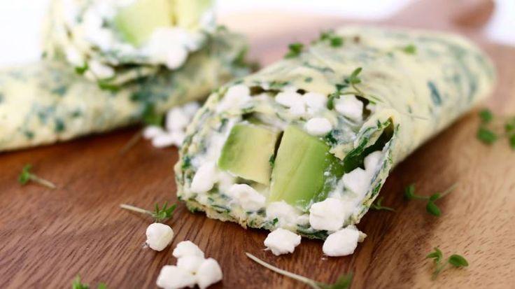 Frische Kräuter im hauchzarten Omelett, gefüllt mit leichtem Hüttenkäse und Avocado ergeben dieses leckere und einfache Low Carb Wrap Rezept.