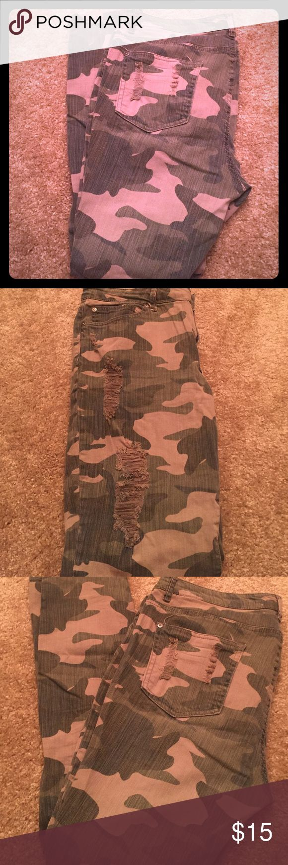 Forever 21 size 31 camo skinnies Forever 21 size 31 camo skinny pants. They have a distressed look, including the fabric, which is made to look worn. There is also distressing on the upper thighs and back pockets. Only worn a handful of times. In great condition. Forever 21 Pants Skinny