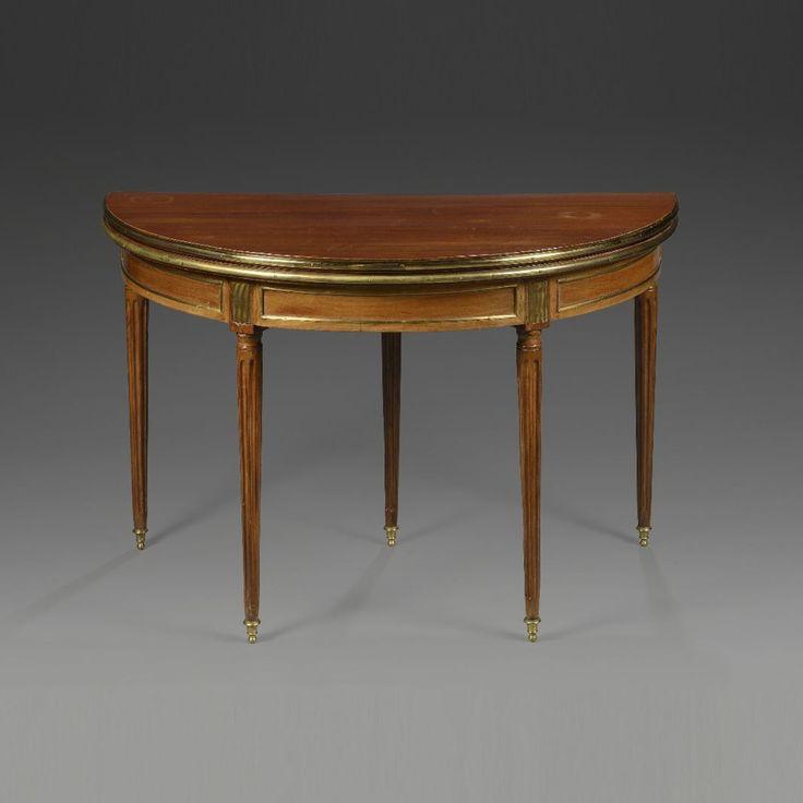 TABLE DEMI-LUNE formant table à jeux en acajou et placage d'acajou. Epoque Louis XVI. Fin le 30/10