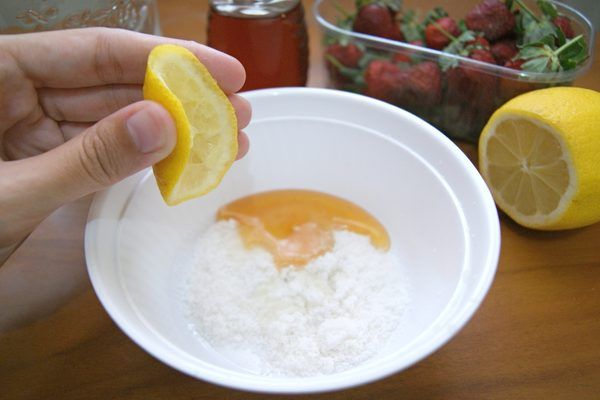 Everyone wants smooth and even-toned skin. Sun spots, freckles, birthmarks and other discolorations can be difficult to cover with makeup, but the skin-lightening creams sold in department stores can be extremely expensive. To save some cash, make skin-lightening cream at home with inexpensive ingredients from your kitchen.