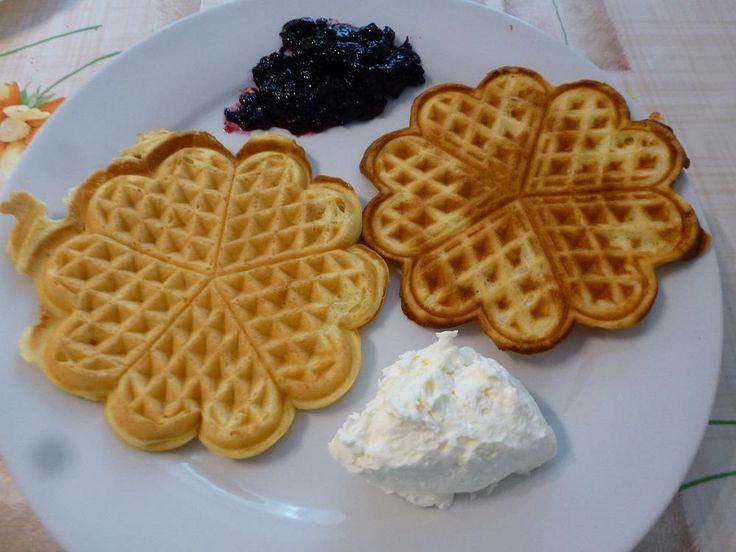 Das perfekte Fluffige Waffeln-Rezept mit Bild und einfacher Schritt-für-Schritt-Anleitung: Aus Butter, Zucker, Vanillezucker und Eiern einen cremigen Teig…