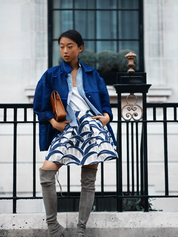 Love the unexpected pairing of these layers, the blue palette & patterned skirt.