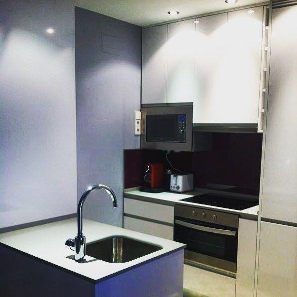 Cocina americana en apartamento en madrid muebles blanco - Casas de muebles en madrid ...