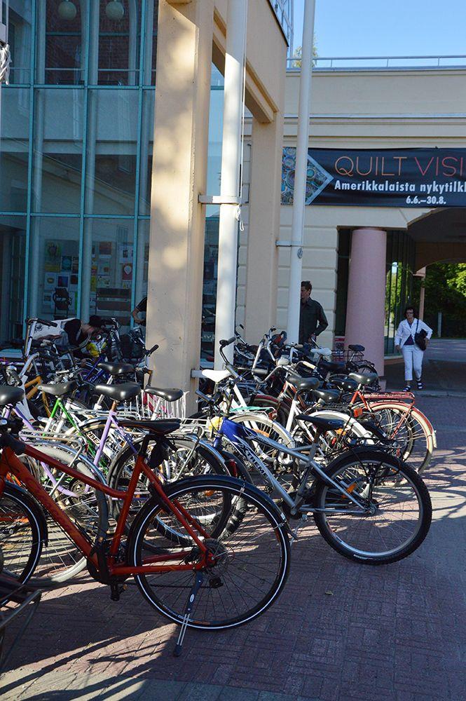 Taiteiden Yönä sää on kesäisen lämmin ja museovieraat ovat tulleet paikalle sankoin joukoin pyörillä ja kävellen. Luuppi, Oulu (Finland)
