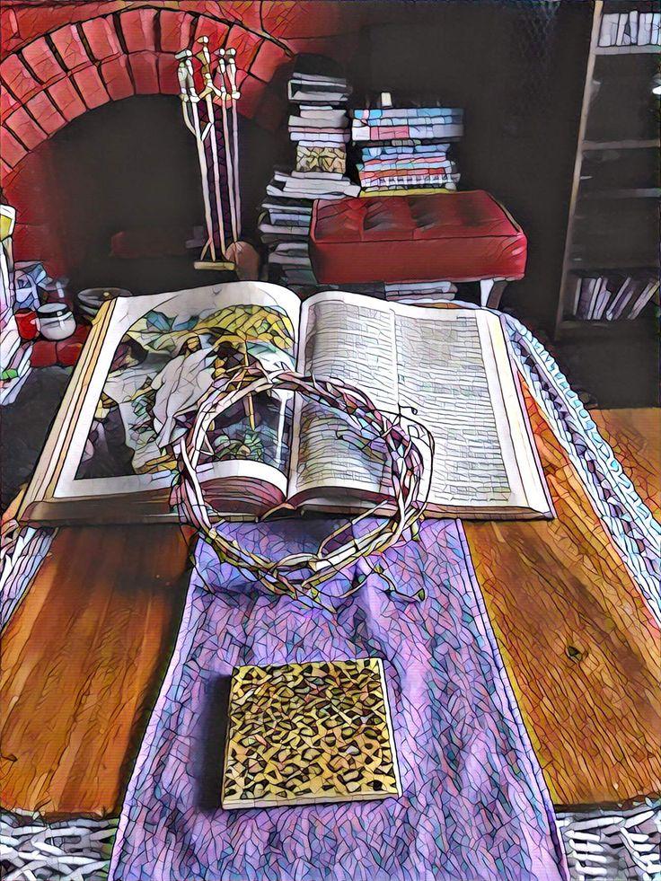 Una Biblia, una bufanda morada y un corona seca es todo lo que necesitas para decorar tu casa durante la Semana  Santa. La corona seca del Dollar Store representa la Corona de Espinas de Cristo. Martha Melara