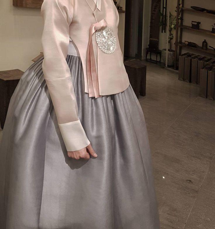 ㆍ ㆍ T H E D A N ㆍ ㆍ ㆍ ㆍ ㆍ ㆍ ㆍ 기품있는 한복 ㆍ더단입니다 ㆍ ㆍ ㆍ #한복더단#더단한복#청담한복 #신부한복#혼주한복#웨딩한복 #결혼한복예비신부#한복#웨딩 #예신스타그램#한복사진#포토 #더단#한복맞춤#웨딩드레스 #beautiful#gray#silver#wedding #dress#fashionable#seoul #korea#thedan