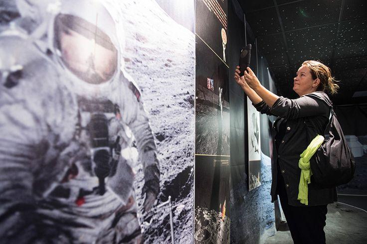 """Tentoonstelling """"Naar de Maan met Tania"""" - Euro Space Center: mix van objecten, beelden, tablet app"""