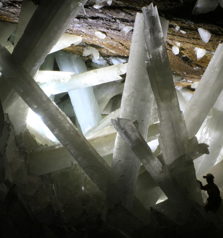 cc..  Die Höhle der Kristalle in Chihuahua, Mexiko. In 300 Meter Tiefe befinden sich die größten der Welt bekannten Kristalle. Ein Mitarbeiter nahm wahr, dass die Schwingungen so intensiv sind, dass er tief mystische und intensive Kraftträume hatte. . . . . . The Crystal Cave of Giants in Chihuahua, Mexico. 300 meters below the Earths surface are the largest crystals known in the world. The vibrations are so intense, one worker talked of the deeply mystical and immense dreams he had.