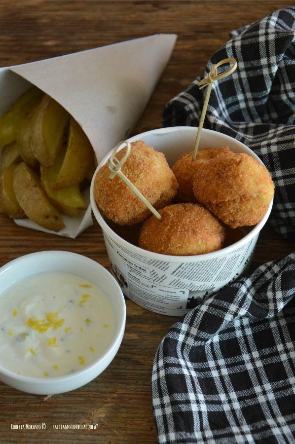 Polpette di merluzzo e zucchine con salsa allo yogurt e patate con buccia