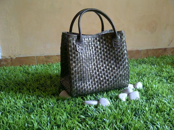 Tas kulit ini akan menunjukkan Anda sebagai pekerja yang paling profesional di lingkungan perusahaan tempat Anda bekerja.