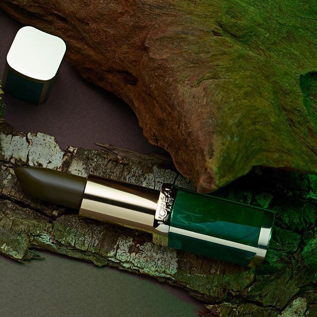 UPDATE - Preorder jouw favorite kleurGroene lippenstift gaat de kleur van de herfst zijn. L'Oréal Paris X Balmain is dé limited edition Color Riche Lipstick collectie