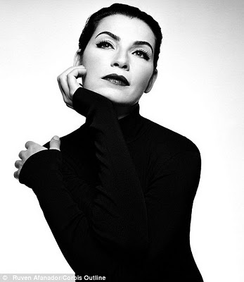 Julianna Margulies, The good Wife. Classic Black Turtle Neck.