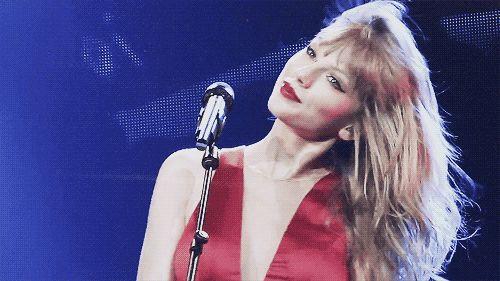 20 fatos que comprovam: Taylor Swift é a amiga que todo mundo sonha em ter  15. Ela também teria um estoque infinito de batons vermelhos para te emprestar