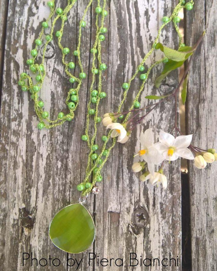 Filo di seta verde mela , con perline in vetro e ciondolo bifacciale. Necklace crochet