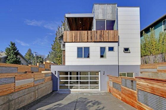 Fachada posterior de casa ecológica moderna