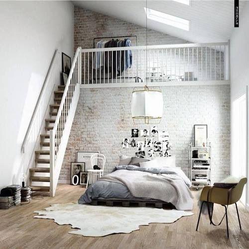 Me gusta la cama gris y las escaleras café en el domitorio.