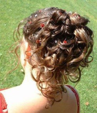 49 - Cheveux attachés haut, chignon et boucles tombantes
