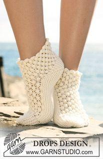 """Poikittain neulotut DROPS sukat karhunvatukkakuvioilla """"Merino Extra Fine"""" -langasta. ~ DROPS Design"""