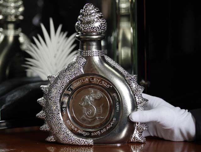 Tequila Ley.925 Для привлечения внимания к своей продукции и вывод её в позиции «золотой» компанией  была представлена на продажу уникальная бутылка с текилой. Она имеет не т...