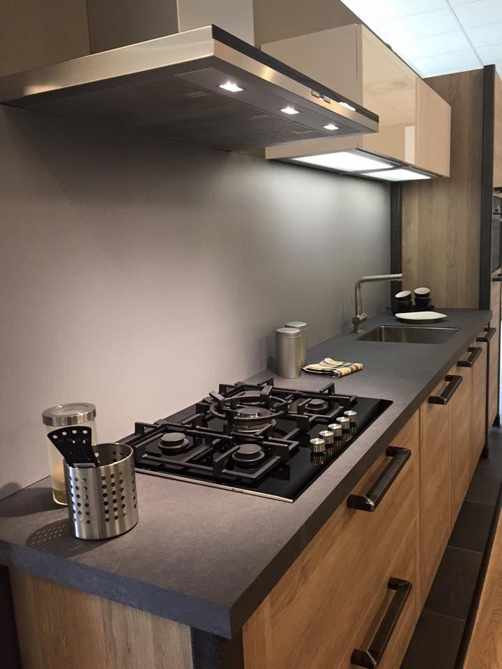 Stoere, strakke maar toch gezellige keuken met Siemens apparatuur en Bokmerk achterwand